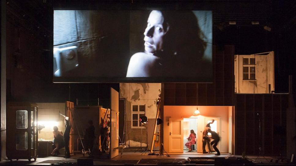 Ruth Marie Kröger (links und Leinwand), Michael Prelle, Julia Wieninger, Ensemble in »Reisende auf einem Bein« © Stephen Cummiskey