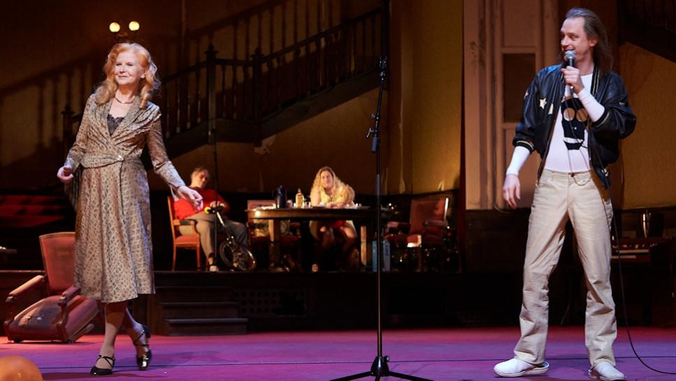 Irm Hermann, Josef Ostendorf, Bettina Stucky in »Der Entertainer« © Matthias Horn