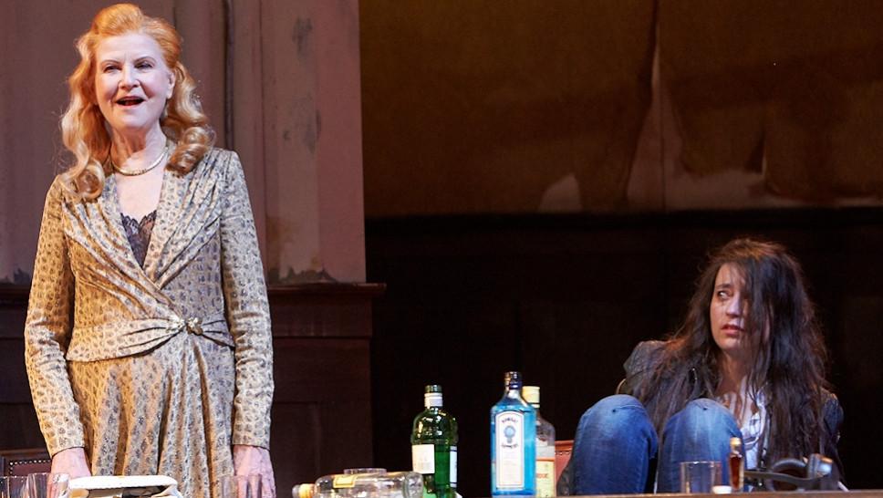 Irm Hermann, Sasha Rau in »Der Entertainer« © Matthias Horn