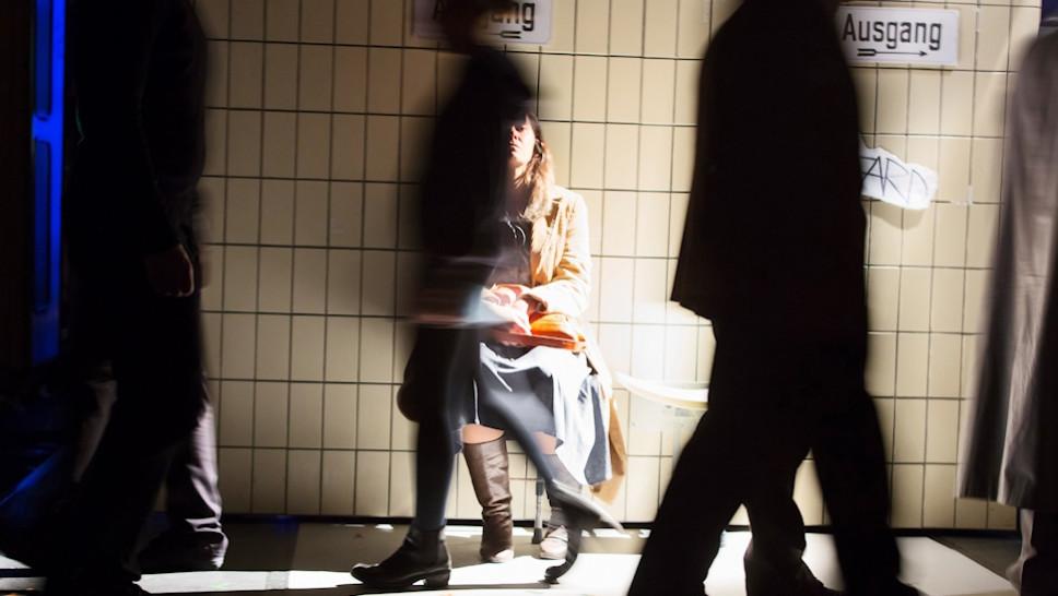 Julia Wieninger in »Reisende auf einem Bein« © Stephen Cummiskey