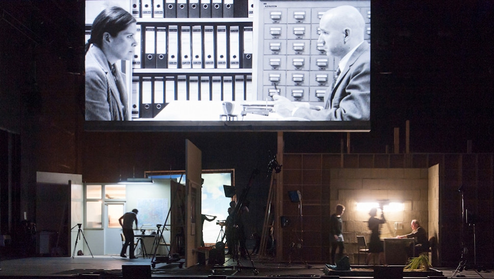Julia Wieninger, Paul Herwig (Leinwand), Michael Prelle (am Tisch), Ensemble in »Reisende auf einem Bein« © Stephen Cummiskey
