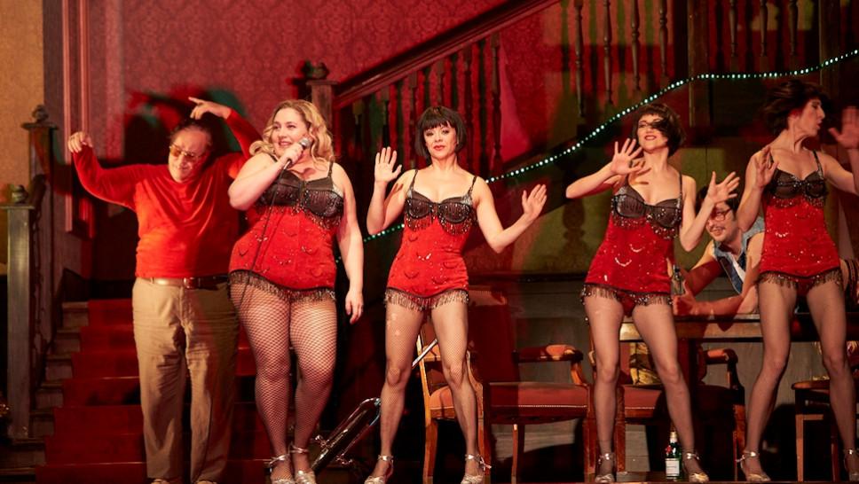 Josef Ostendorf, Bettina Stucky, Altea Garrido, Begoña Quinones, Bastian Reiber, Veronica Garzón in »Der Entertainer« © Matthias Horn