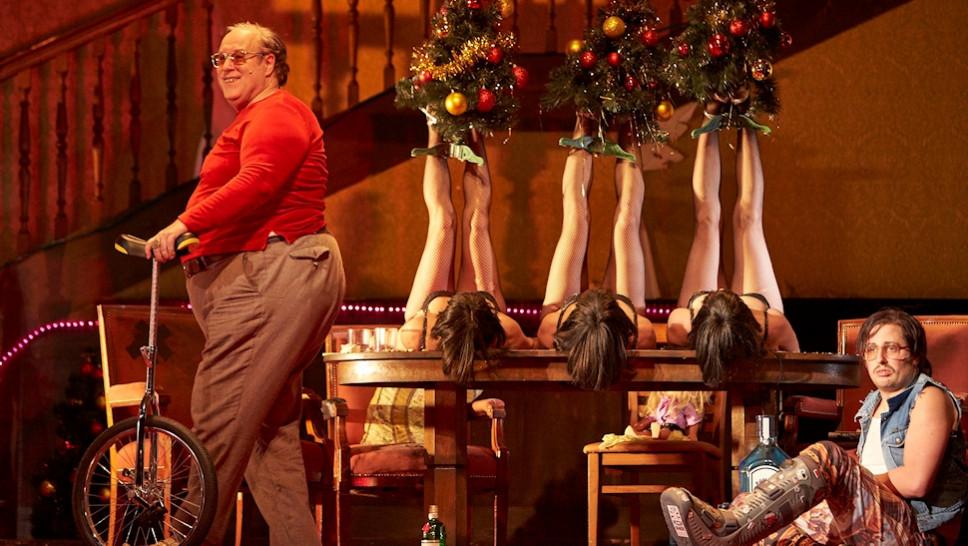 Josef Ostendorf, Altea Garrido, Begoña Quinones, Veronica Garzón, Bastian Reiber in »Der Entertainer« © Matthias Horn