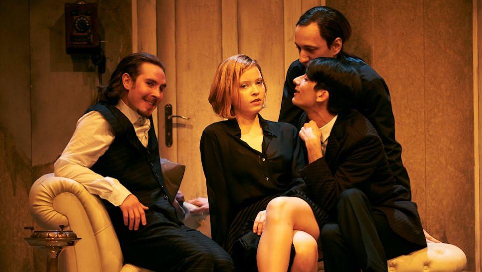 Amos Detscher, Hanna Stange, Mervan Ürkmez, Alexander Angeletta in »Yvonne, Prinzessin von Burgund« © Matthias Baus