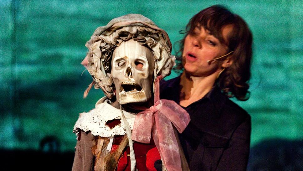 Suse Wächter mit Puppe in »Die Antiquiertheit des Menschen« © Maurice Kohl