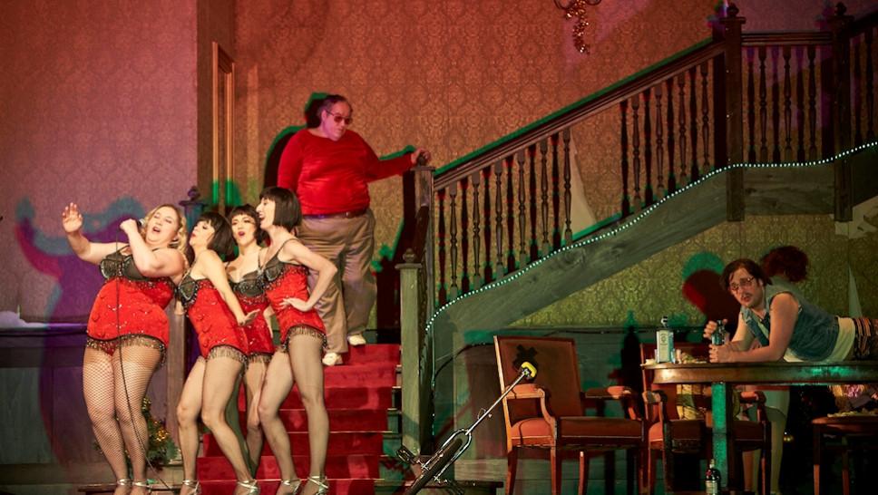 Bettina Stucky, Altea Garrido, Begoña Quinones, Veronica Garzón, Josef Ostendorf, Bastian Reiber in »Der Entertainer« © Matthias Horn