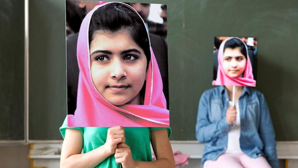 Malala. Mädchen mit Buch © S. Hasheider