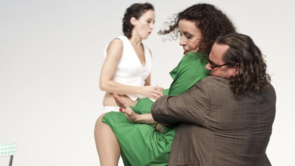 Anja Laïs, Maria Schrader, Markus John in »Der Gott des Gemetzels« © Maurice Kohl