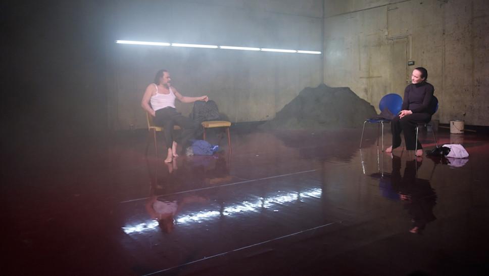 Markus John, Anja Laïs in »Warten auf die Barbaren« © Thomas Aurin, 2016