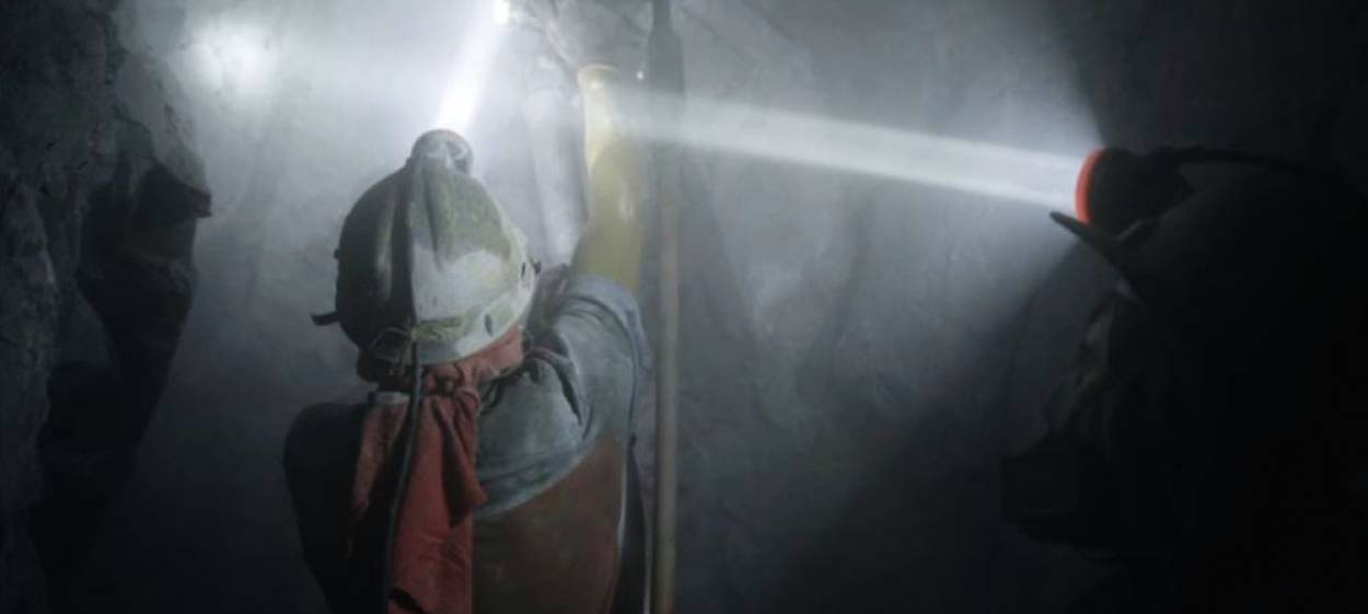 EL PESO DEL ORO—THE WEIGHT OF GOLD