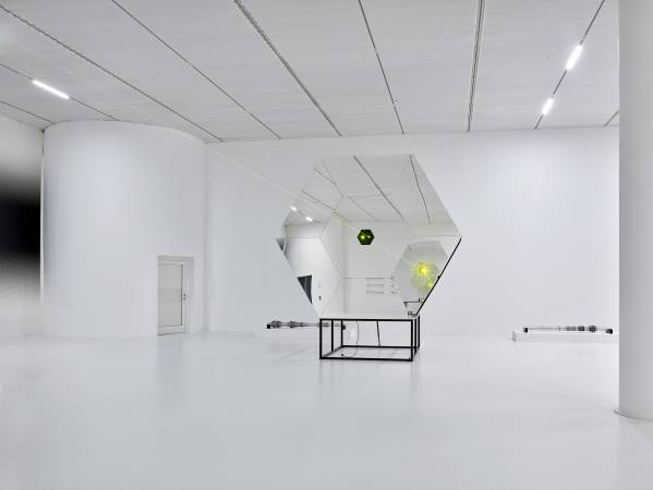 Carsten Nicolai. Parallax Symmetry
