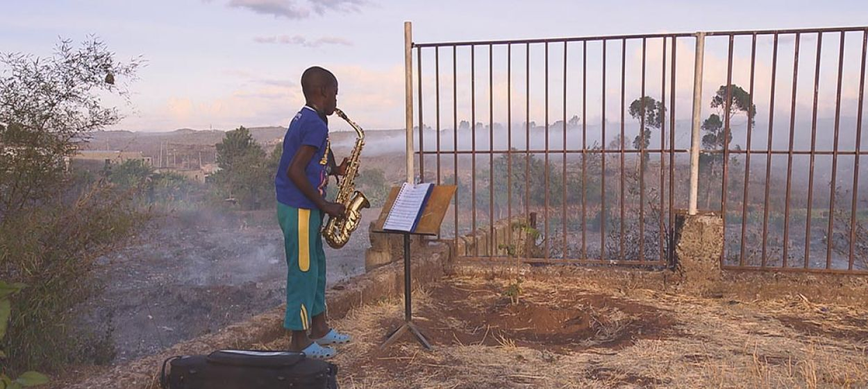 Fidel – with the saxophone on the garbage dump