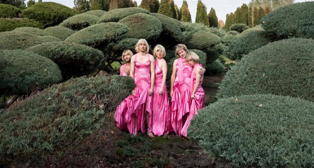 Fünf im gleichen Kleid