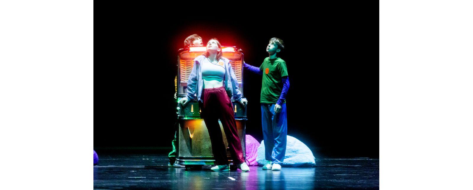 Jukeboxopera // Die Zeitreise der Jugendlichen beginnt mit der Jukebox / Iva Rießler, Leander Neumann, Laurin Pfau Statisterie Theater Freiburg // Foto: Rainer Muranyi