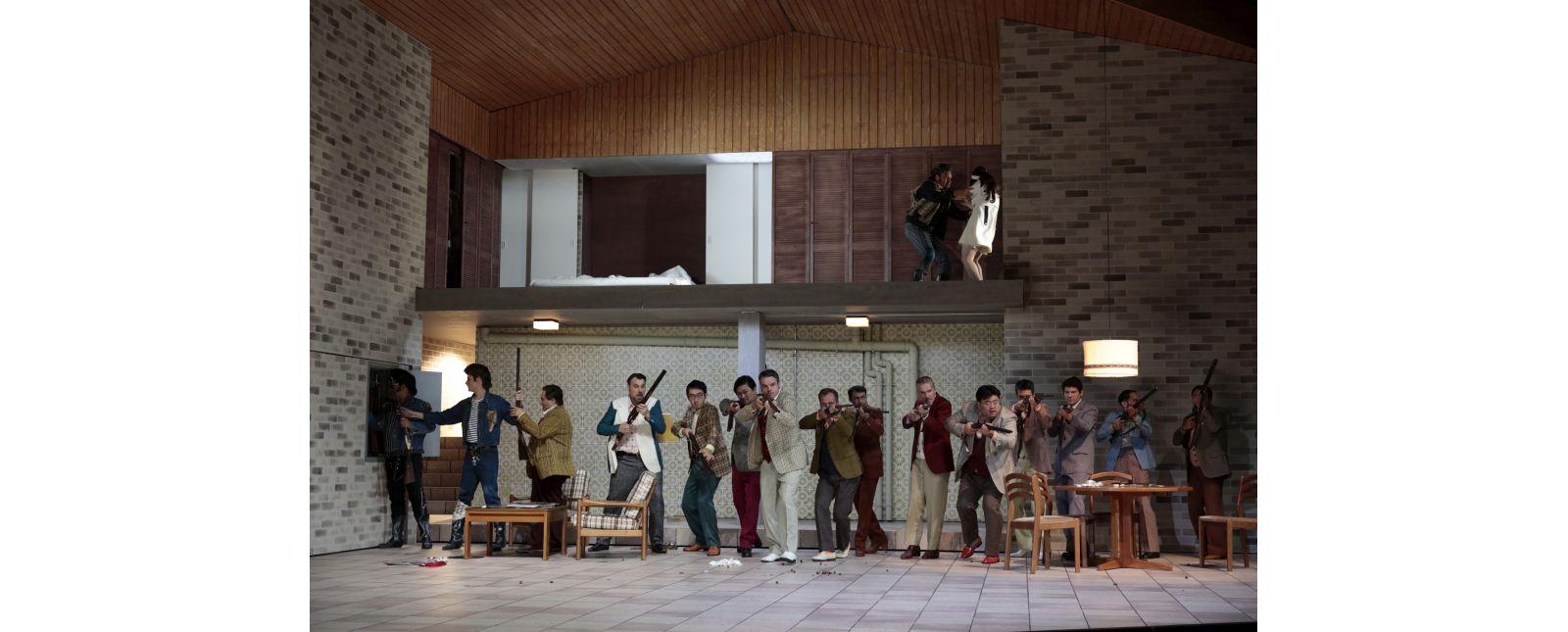 Falstaff // vorne: Junbum Lee / Rossen Krastev / Roberto Gionfriddo / Martin Berner / Opernchor des Theater Freiburg // hinten: Juan Orozco / Irina Jae-Eun Park // 2019 // Paul Leclaire