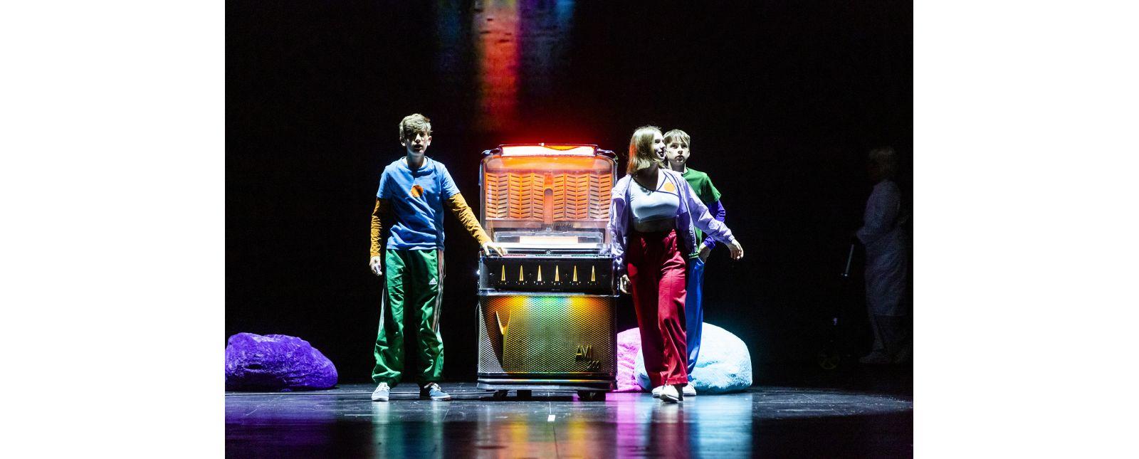 Jukeboxopera // Die Zeitreise der Jugendlichen beginnt mit der Jukebox / Iva Rießler / Leander Neumann / Laurin Pfau / Statisterie Theater Freiburg // Foto: Rainer Muranyi