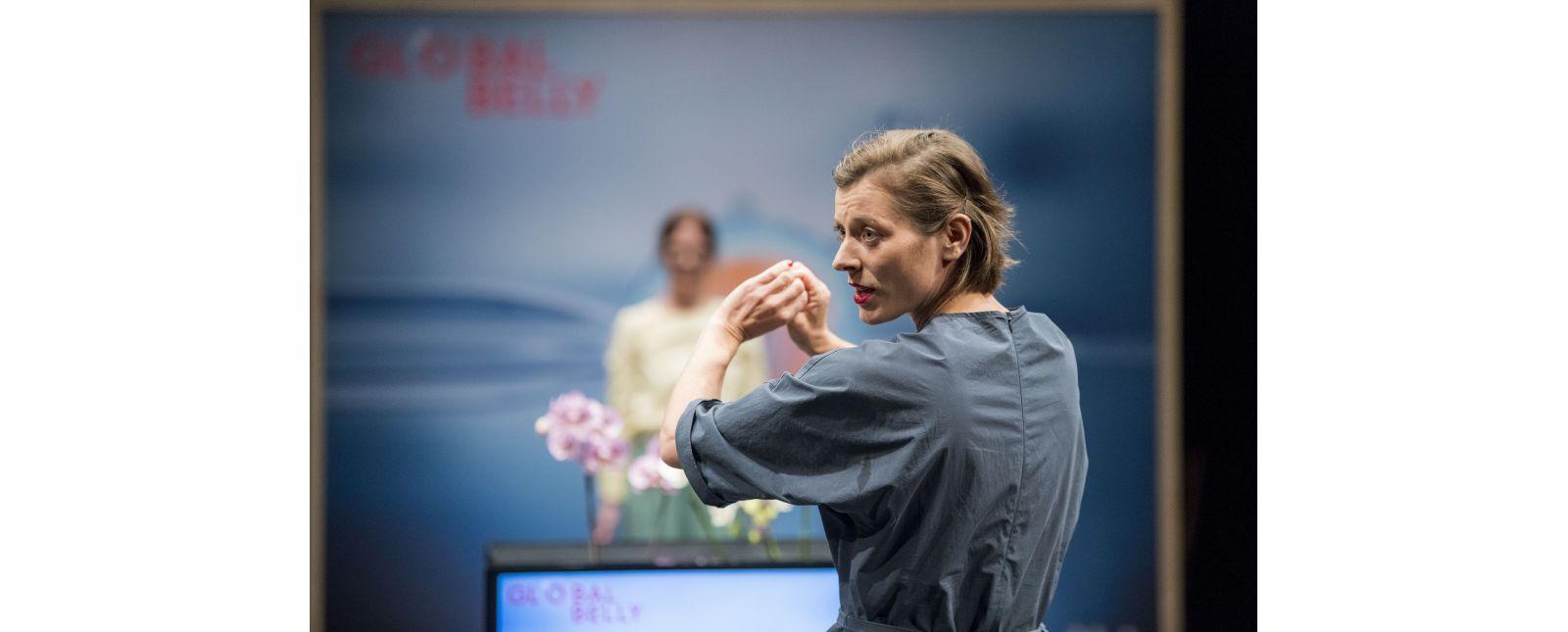 GLOBAL BELLY // Stefanie Mrachacz / Im Hintergrund: Anja Schweitzer // 2020 // Marc Doradzillo