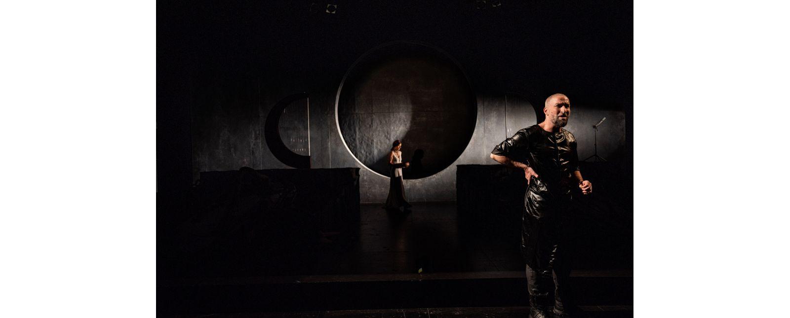 ELEKTRA // Tim Al-Windawe / Im Hintergrund: Stefanie Mrachacz // 2020 // Britt Schilling