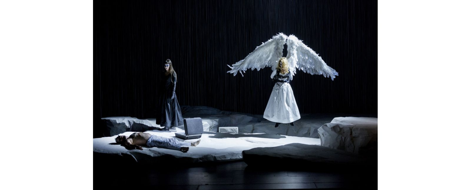 Angels in America // Robin Adams, Miriam Götz, Angela Falkenhan // Rainer Muranyi // 2018