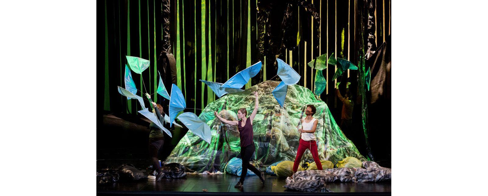 Das Dschungelbuch // Katharina Halus, Stefanie Mrachacz, Yalany Marschner // Foto: Rainer Muranyi