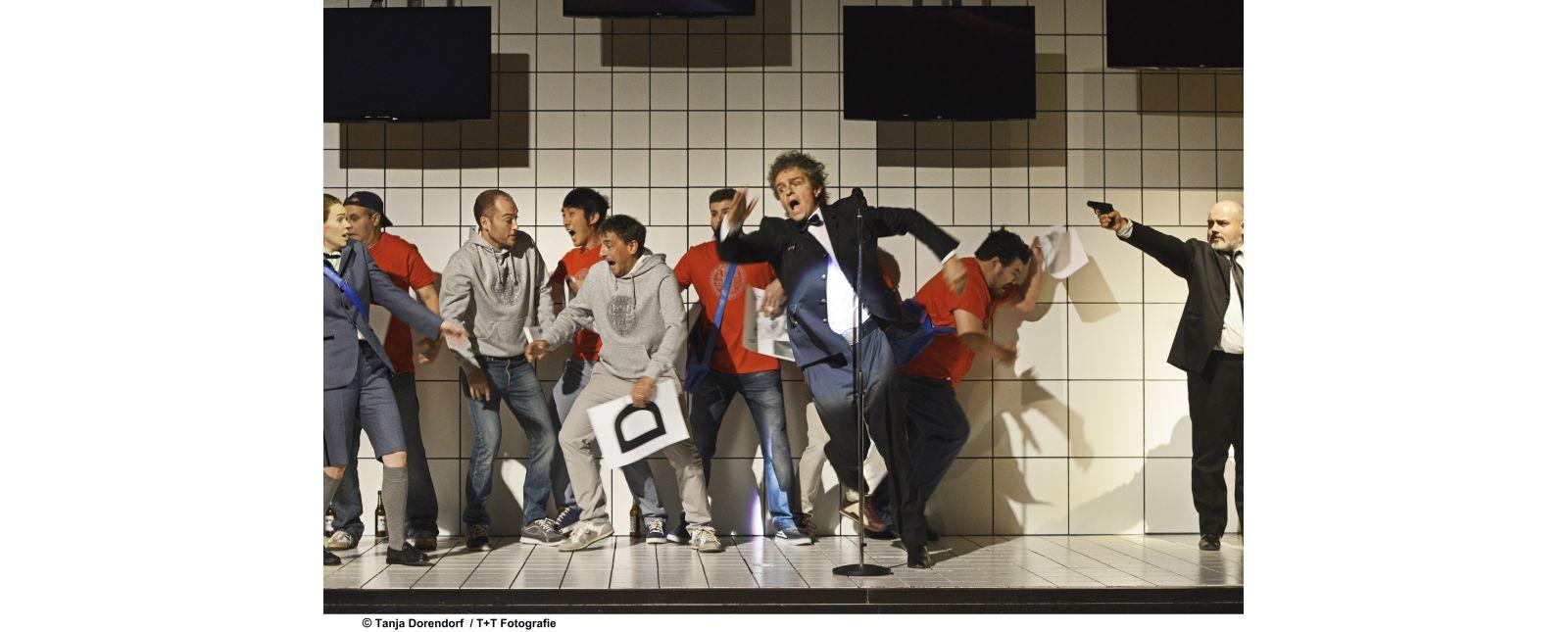 Hoffmanns Erzählungen // Inga Schäfer, Rolf Romei, Roberto Gionfriddo, Opernchor des Theater Freiburg // 2017 // Tanja Dorendorf
