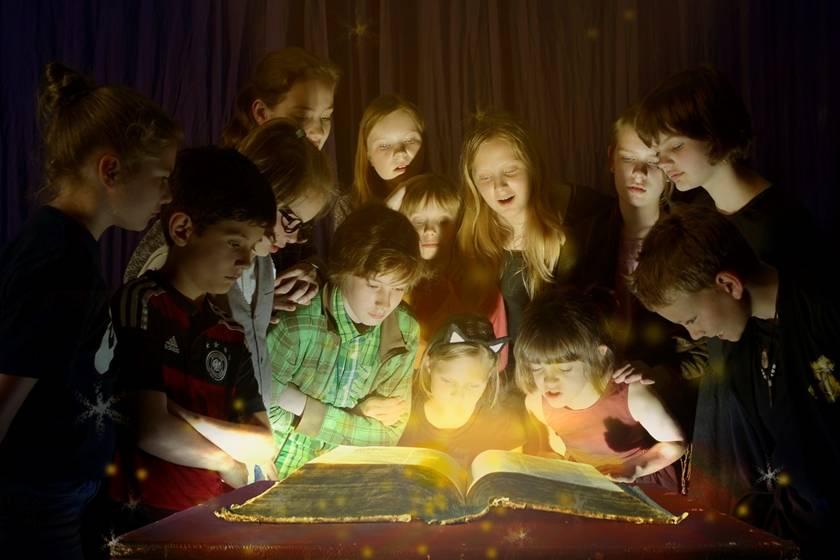 Zwischen den Zeilen - Das magische Tagebuch | Katharina Riedel
