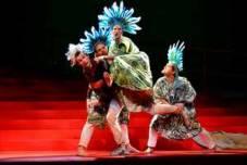 CANDIDE | Christopher Diffey (Candide) und drei mürrische Indianer (Mitglieder der Tanzcompagnie) | Dorit Gätjen